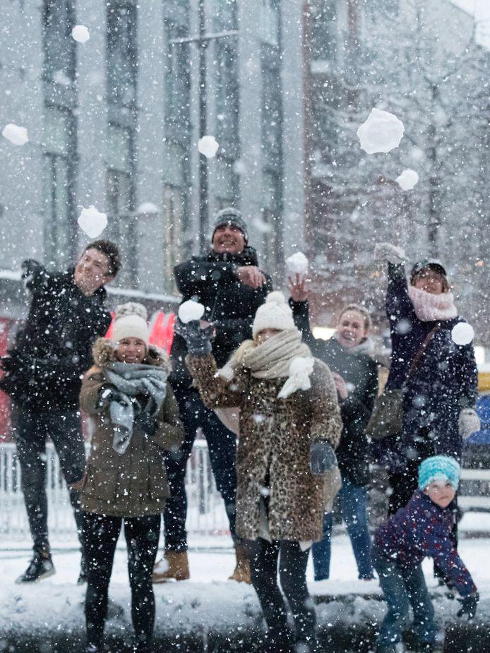 Sneeuwballengevecht op het Alphense Rijnplein. Zaterdagavond liep het in het Rode Dorp in Alphen uit de hand nadat sneeuwballen naar een woning waren gegooid.  Daarbij waren de mensen op deze foto niet betrokken.