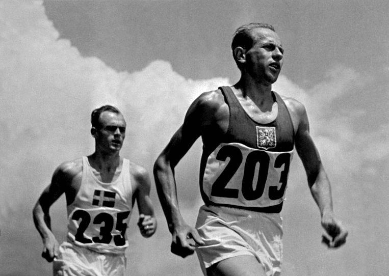 Emil Zatopek in Londen 1948. Vier jaar later won hij in Helsinki drie gouden medailles in het langeafstandslopen, een unieke prestatie.  Beeld AP
