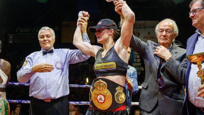 """Persoon kroont zich tot WBA-wereldkampioene supervedergewichten: """"Ze ging telkens als een halve zot met die kop vooruit"""""""