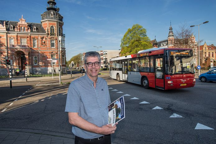 Martin Hagreis op het kruispunt Raadhuislaan/Molenstraat waar een rotonde komt.