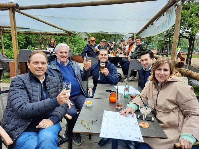 Dirk Demeurie, Christophe Vantomme, Heinz Helewaut, Tine Dujardin en Stijn Vermoere van brouwerij De Brabandere op het terras van 't Gaverkasteel. Op de achtergrond zitten enkele leden van de scouts, die een constructie in elkaar sjorden om de te bezoekers uit de regen te zetten.