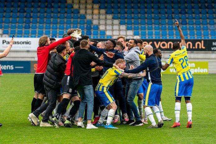 Spelers en staf van RKC vieren het feestje na de voorlaatste speelronde in de eredivisie.