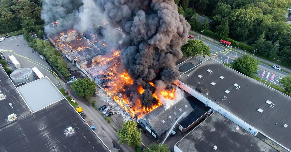 Grote #brand in #Soesterberg, #vuur ?? breidt uit naar naastgelegen panden op woonboulevard .