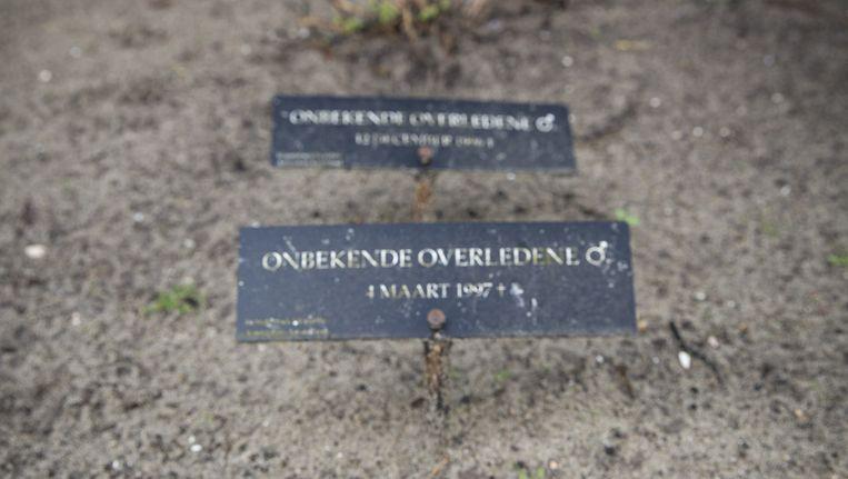 Resercheurs Carina van Leeuwen en Willem Doorn hebben al dertig onbekende doden geïdentificeerd. Beeld Dingena Mol