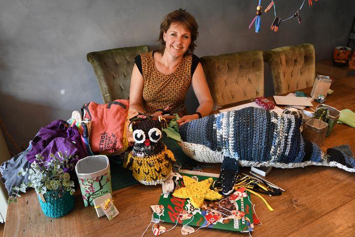 Mirjam van de Lande maakt o.a. spullen/cadeauartikelen van oude t-shirts. In het kader van GroenBewust.