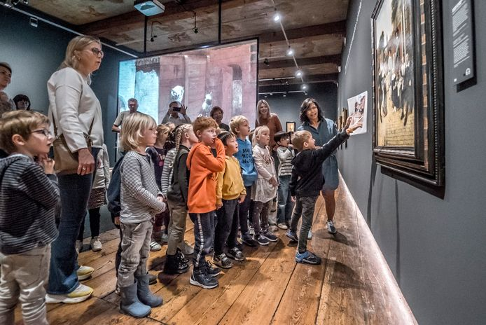 Schoolkinderen krijgen in Museum Prinsenhof Delft uitleg tijdens een eerdere tentoonstelling van Pieter de Hooch. Om dit te kunnen blijven doen en meer exposities mogelijk te maken, is renovatie én uitbreiding volgens het museum noodzakelijk.