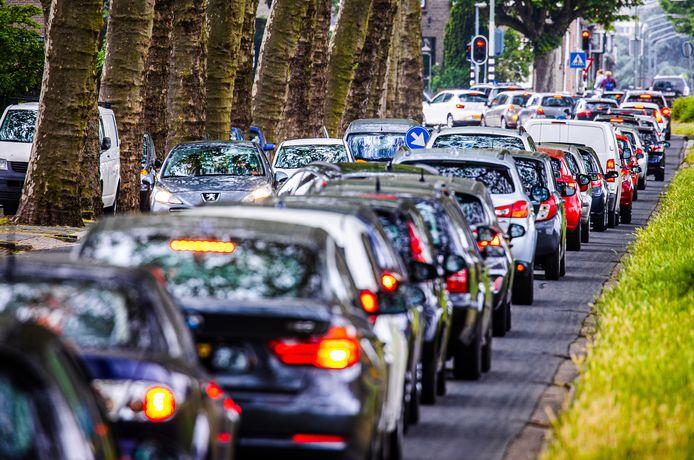 Zaterdagmiddag: Drukte op de Crayesteinstraat in Dordrecht door de afsluiting van de N3.