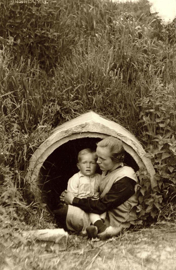 Hendrik Jan Kooymans veilig in de armen van zijn moeder voor de duiker bij Markelo. Ze schuilden hier regelmatig voor bombardementen en beschietingen.