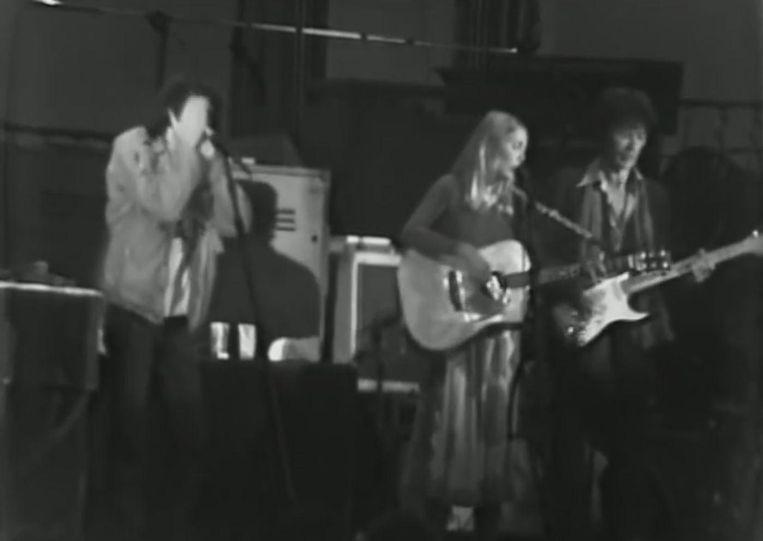 Joni Mitchell met The Band in The Last Waltz. Beeld