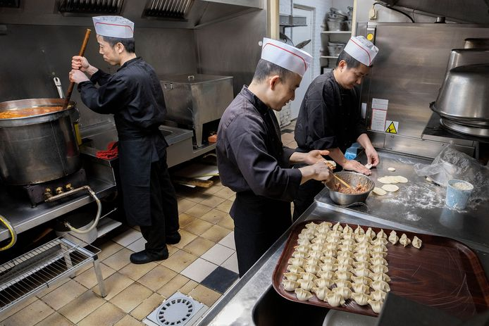 De koks achter het fornuis van restaurant Hung Ying in Eindhoven komen allen uit China.