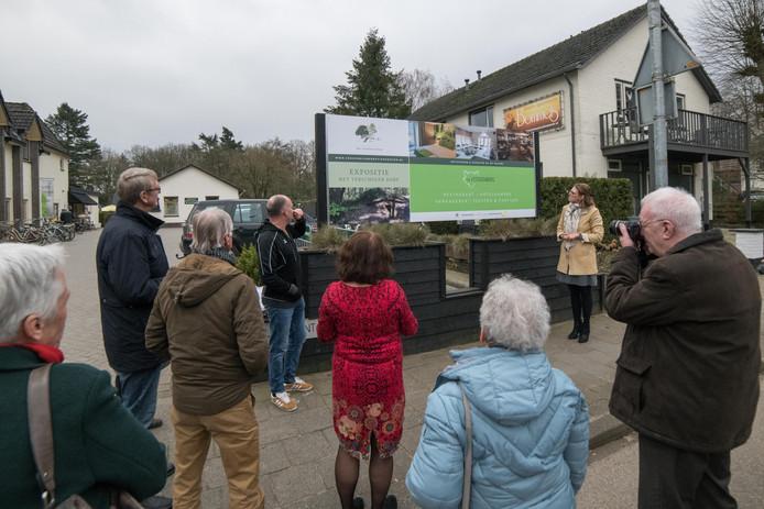 Een nieuw welkomstbord bij de Vossenberg leidt bezoekers naar de expositie over het verscholen dorp.