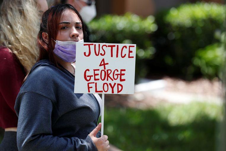 Een betoger in Minneapolis.  Beeld REUTERS