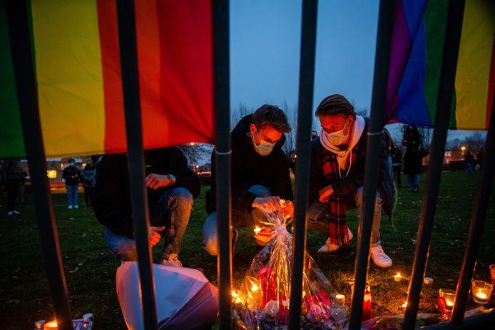 Op het speelplein in het buurtpark Hof ter Welle werden bloemen neergelegd en kaarsen aangestoken om de vermoorde David Polfliet te gedenken.