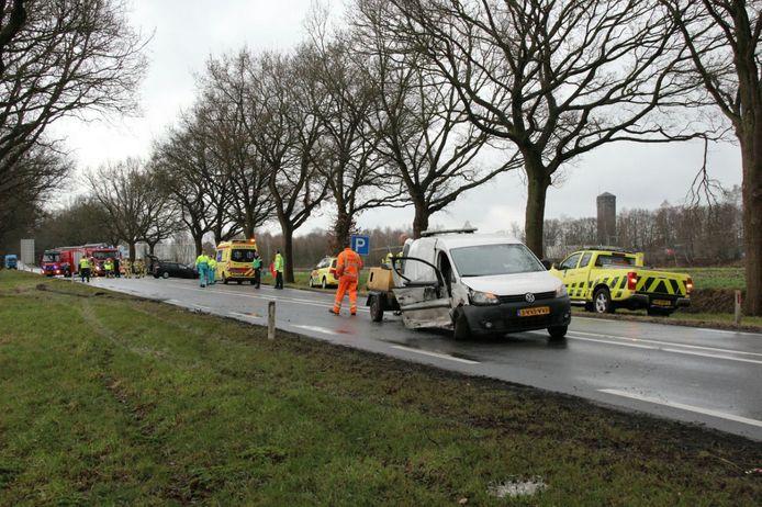 De bestelauto werd hard in de flank geraakt, de donkere personenauto (linksachter) kwam tot stilstand tegen een boom.