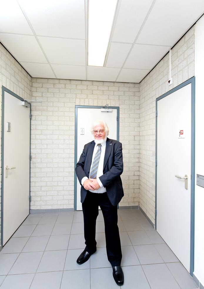 Fractievoorzitter Jack Jetten van de lokale partij Groot Nuth bij de WC in het gemeentehuis.