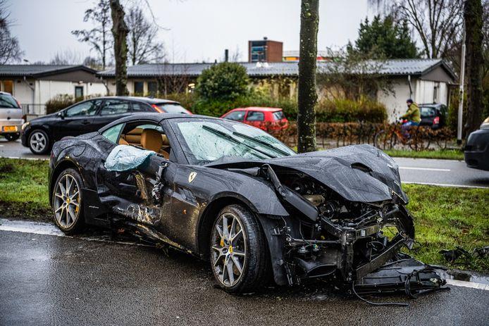 Ferrari zwaar beschadigd na ongeluk in Tilburg.