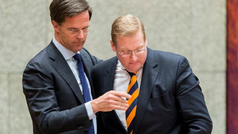 Premier Mark Rutte neemt afscheid van minister Ard van der Steur (Veiligheid en Justitie) na zijn aftreden tijdens een debat in de Tweede Kamer over zijn rol in de zogenoemde Teevendeal. Beeld anp
