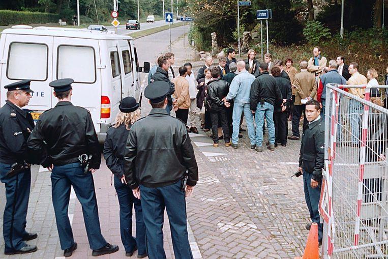 Justitie, advocaten en verdachten van de villamoord bij de plaats delict aan de Apeldoornseweg. Beeld Marc Pluim