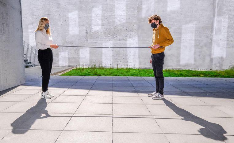 Iemand heeft moeite om afstand te bewaren? De RHIZO Zorgkrachtschool heeft een stok, als hulpmiddel. Op de foto: Jenifer Djerdi en Nathan Schiettekatte.