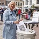 Wieneke van Regteren deponeert haar enquêteformulier in de 'stembus'.