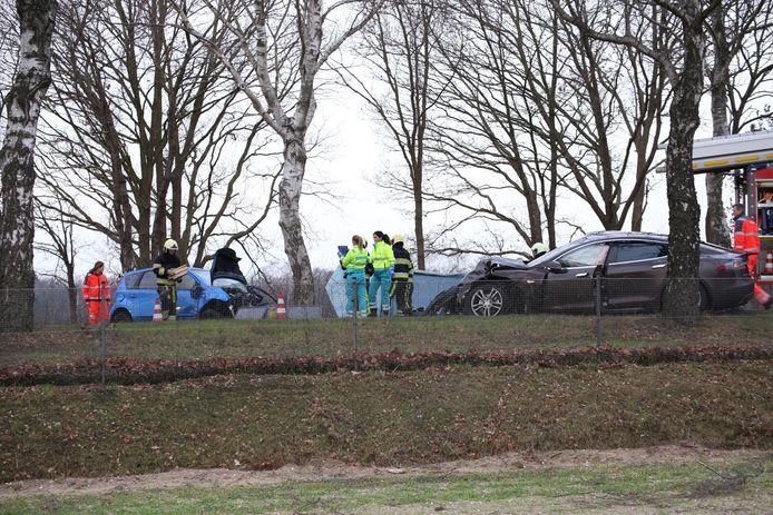 De Tesla(rechts) boorde zich in de auto van Harry Hoeben(links), die hierbij om het leven kwam.
