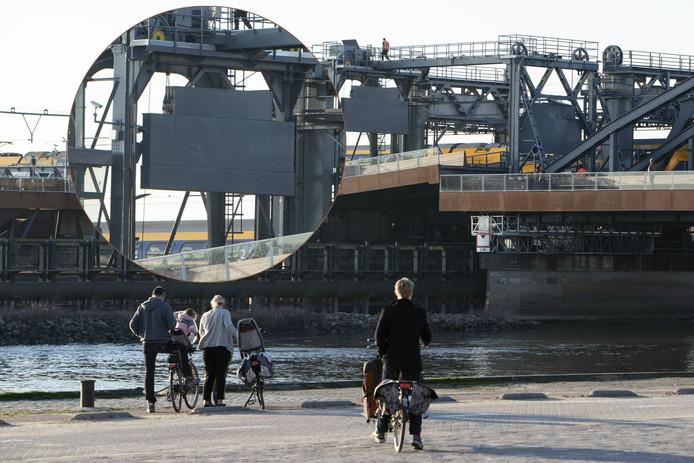 Het contragewicht op de Oude IJsselbrug (zie foto-inzet) heeft tegen het hefportaal geschuurd. De Oude IJsselbrug wilde hierdoor dinsdag niet meer dicht, waardoor wegverkeer niet meer over de brug kon.