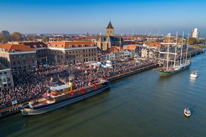 Een bomvol Van Heutszplein verwelkomt in 2018 Sinterklaas in Kampen. Hoe gaat het dit jaar?
