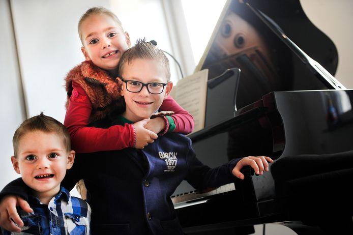 Evander Eijsink met zijn zusje Erlijn en broertje Vinz.  foto Annina Romita AR20150922;NL