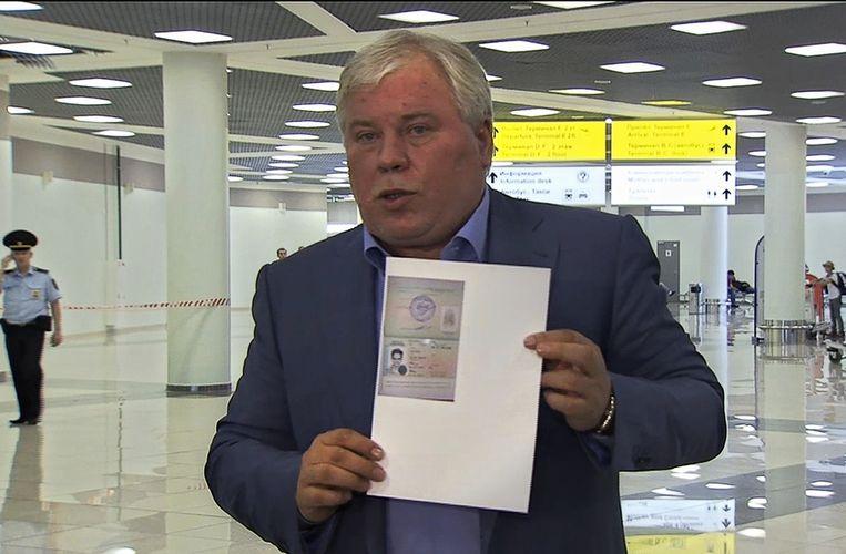 Snowdens advocaat, Anatoli Koetsjerena, met een kopie van het visum van Snowden. Beeld ap