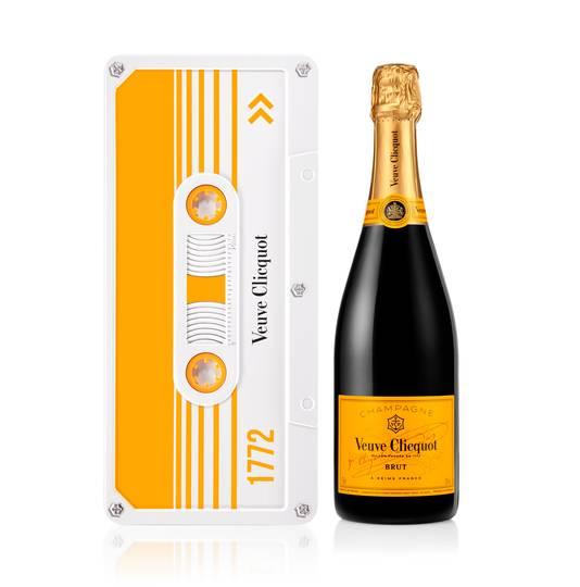 Veuve Clicquot - Clicquot Tape - Cette nouvelle édition limitée, la Clicquot Tape, a été inspirée par le retour iconique du mou-vement Rétro. - Prix conseillé:  45 euros.