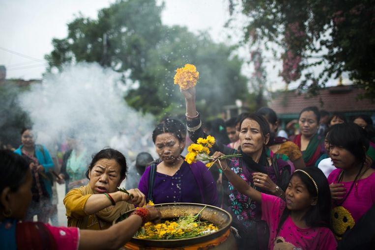 Nepalese boeddhisten worden sprenkelen heilig water op de verjaardag van Boeddha. Beeld epa