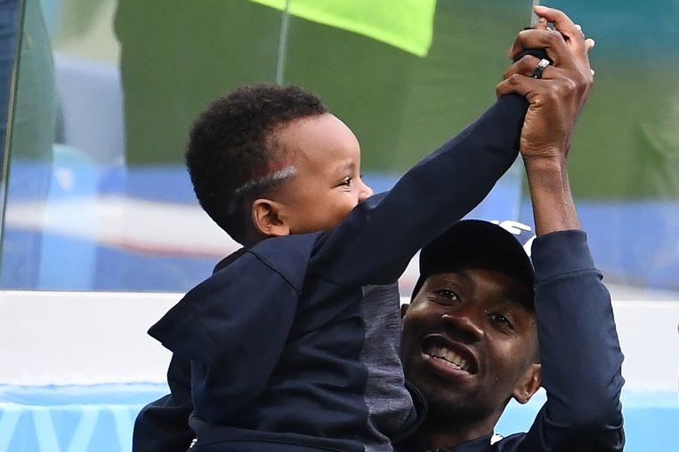 Blaise Matuidi speelt met zijn zoontje na de wedstrijd Frankrijk-Uruguay. Beeld AFP