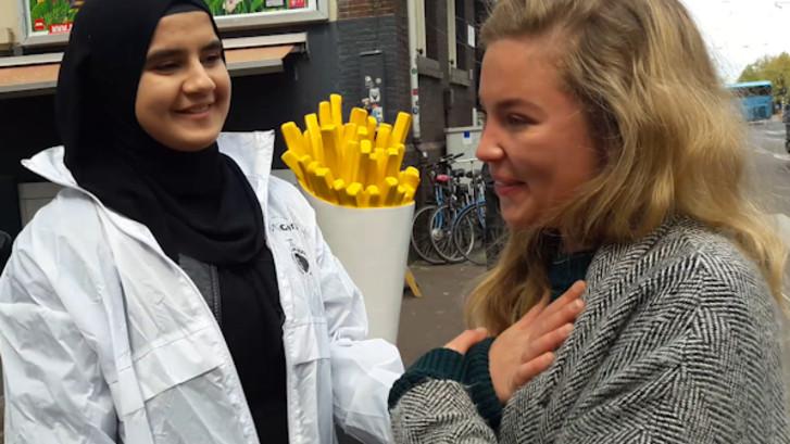 Voorbijgangster geroerd door actie van moslims