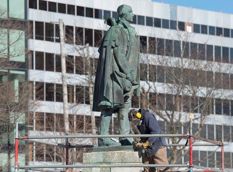 Het standbeeld van Edward Cornwallis wordt van zijn voetstuk gehaald. Beeld AP
