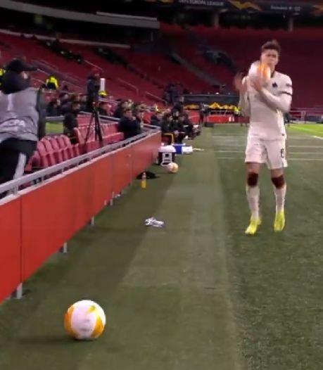 Frustré, un ramasseur de balle jette le ballon au visage de Calafori