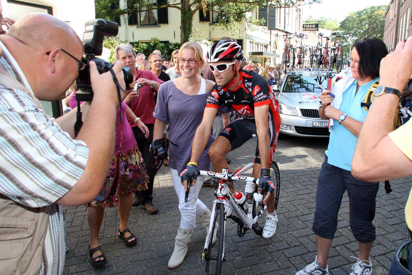 Alejandro Valverde maakt zich op voor de start van de Vuelta-etappe in Zutphen. De Spanjaard zal later de Vuelta in 2009 op zijn naam schrijven.