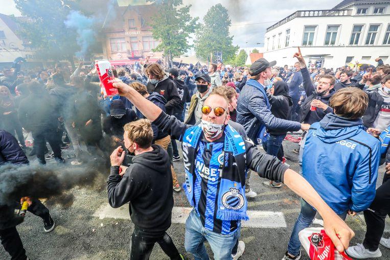 Club-supporters vieren de landstitel op De Platse in Brugge. Beeld Benny Proot