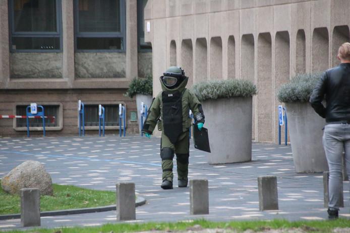 7f14ee54297 Ontruiming hoofdbureau Burgemeester Patijnlaan in Den Haag om vondst  verdacht pakketje. © Regio15. EODD ter plaatse bij hoofdbureau politie  Burgemeester ...