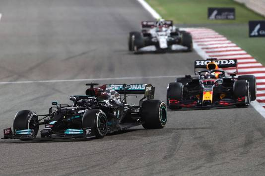 Lewis Hamilton bleef Max Verstappen net voor.