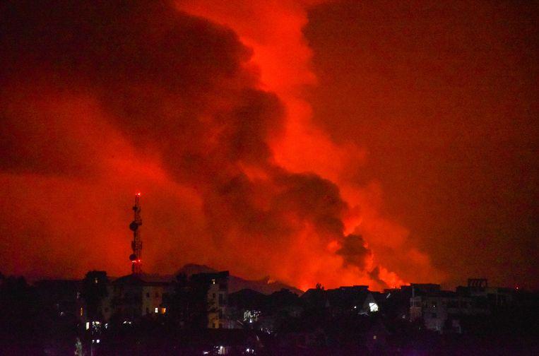 De vulkaan Nyiragongo stoot vuur, lava en rook uit. Beeld REUTERS