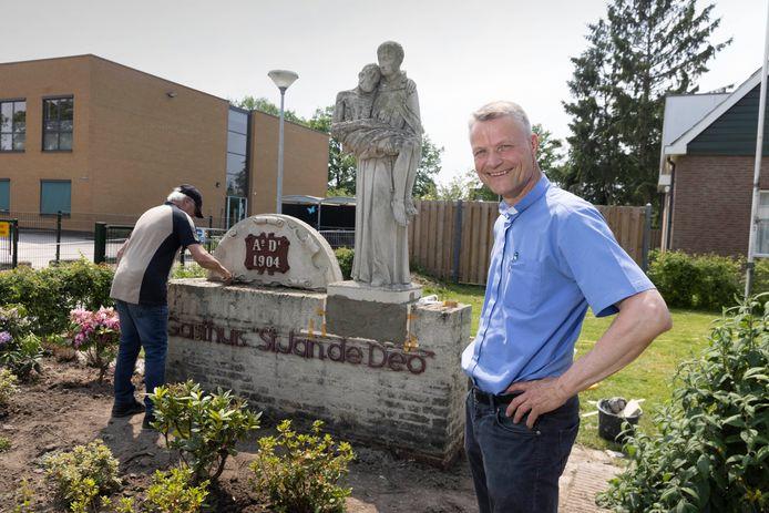 Pastoor Rudo Franken in zijn tuin bij het beeld van St. Jan.