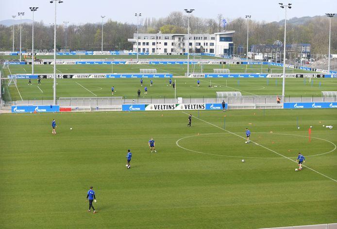 Bij Schalke zijn de spelers al volop in training. Wel op verschillende velden.