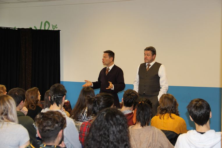Acteurs Erik Burke en Wim Stevens spelen 'Adres Onbekend' voor de leerlingen van de Da Vinci Campus.