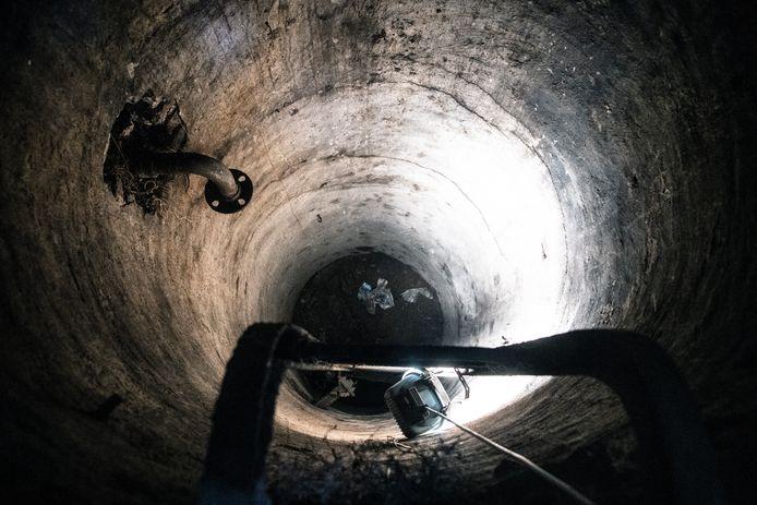Ligt er een schuilkelder onder de tuin van Sjax de Bekker op de hoek van de Wolfskuilseweg en Oude Graafseweg? Mogelijk is het geen schuilkelder, maar een waterput.