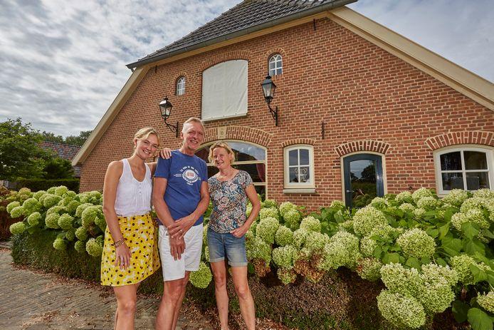 De familie Meiland voor hun woonboerderij in Hengelo.