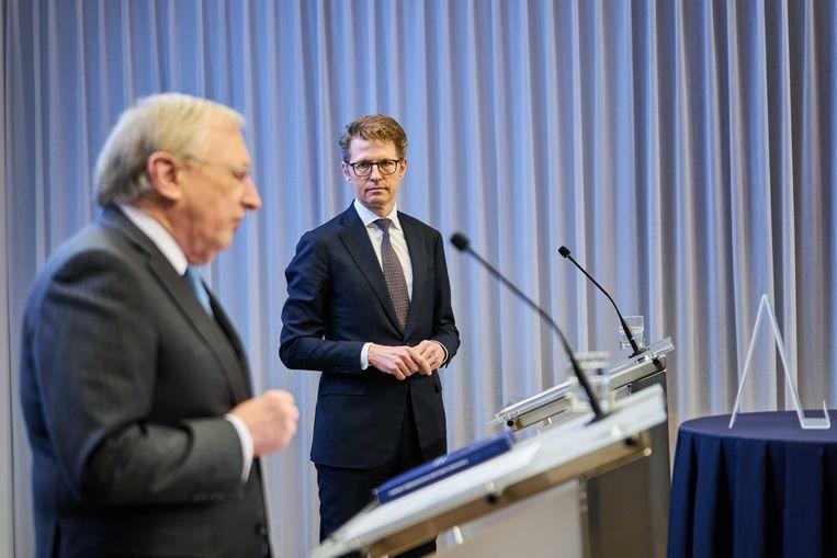 Commissievoorzitter Tjibbe Joustra en Minister Sander Dekker tijdens de presentatie van het eindrapport van de Commissie onderzoek interlandelijke adoptie. Beeld ANP