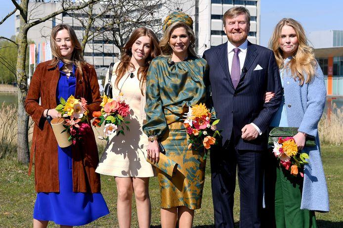 Koning Willem-Alexander, koningin Maxima met hun dochters Amalia, Alexia en Ariane tijdens Koningsdag 2021 op de High Tech Campus in Eindhoven.