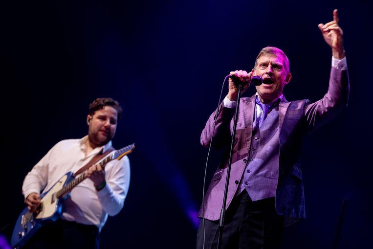 Leadzanger Huub van der Lubbe van De Dijk in de Ziggo Dome. Links gitarist Jelle Broek. Beeld Hollandse Hoogte /  ANP