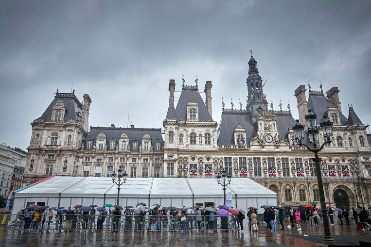 In verschillende steden, zoals in Parijs, stonden mensen ook zonder afspraak al vanaf 's ochtends vroeg in de rij in de hoop op een prik.  Beeld Getty Images