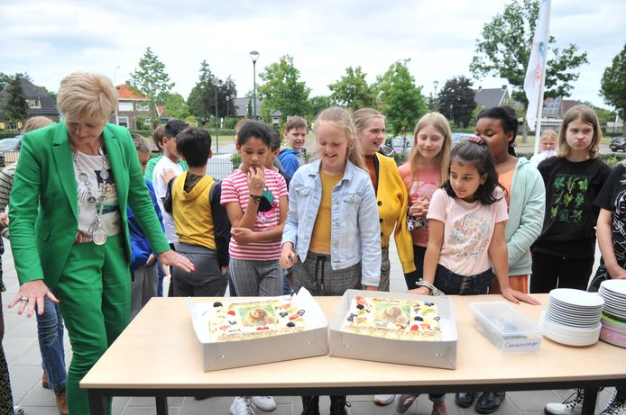 Burgemeester Agnes Schaap heeft zojuist bekend gemaakt dat Aline Huijgen (miden, lichtblauw spijkerjack) het komende jaar kinderburgemeester van de gemeente Renkum is.